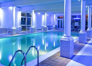 £5 Entry to pool and Spa facilities and Penventon Park Hotek